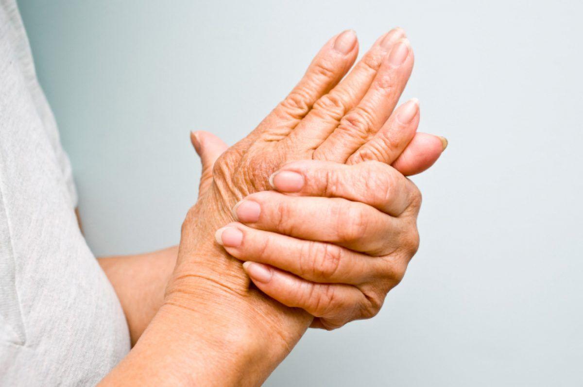 după o lovitură, articulația de pe deget doare
